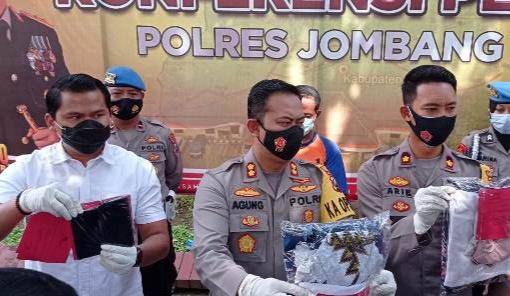 Kapolres Jombang Akbp Agung Setyo Nugroho Didampingi Wakapolres Kompol Arie Trestiawan Dan Akp Cristian Kosasih Saat Koferensi Pers