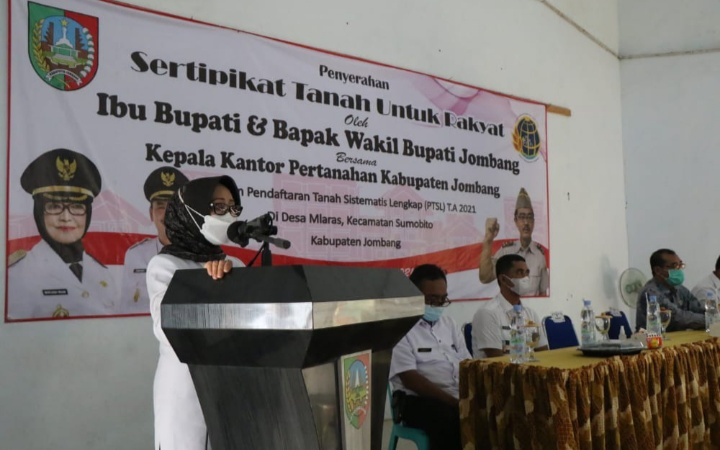Bupati Jombang Bagikan Ptsl Di Desa Mlaras Kecamatan Sumobito